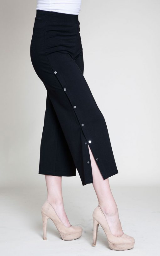 snap side black cropped pants- side