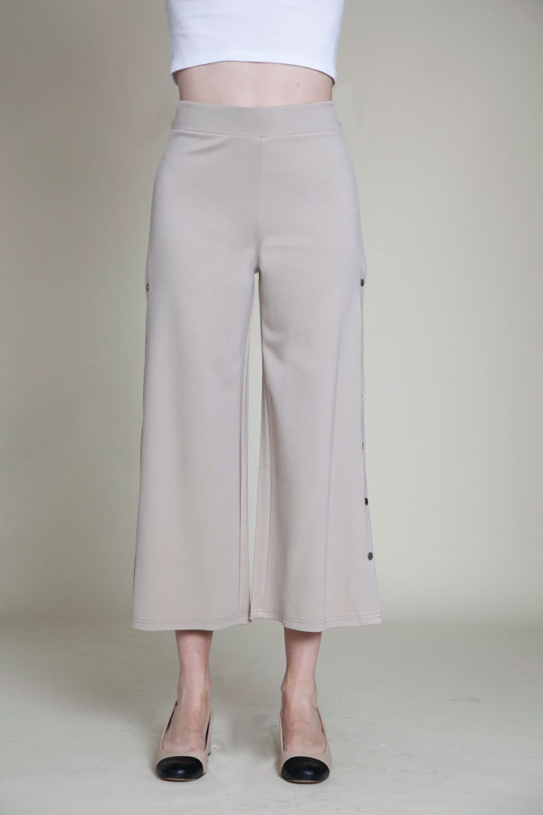 snap side khaki cropped pants- front