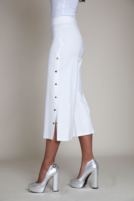 snap side white cropped pants- side